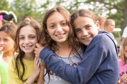 girls-friends-hug